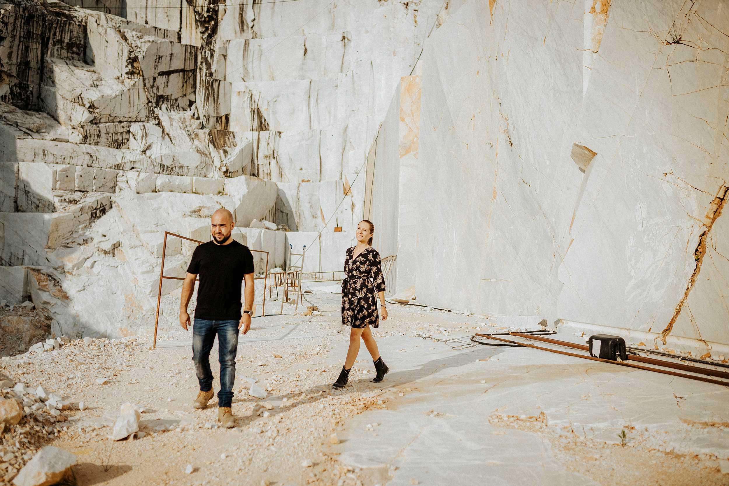 passseggiare in coppia cave di marmo carrara colonata